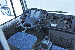 Грубый кокпит, грубые переключатели, грубое поведение: простой поворотный регулятор U5000 служит для активирования жесткого сцепления между осями и колесами.