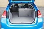 В багажнике имеется съёмная полка (доступная в качестве опции дилера). Если сложить задние сиденья, образуется плоское и очень большое багажное помещение.