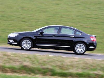 Очертания седана свидетельствуют о больших усилиях, приложенных для достижения оптимальной аэродинамики. Форма боковых поверхностей ниже поясной линии сильно изменена и придает новому С5 вид мускулистого первоклассного авто.