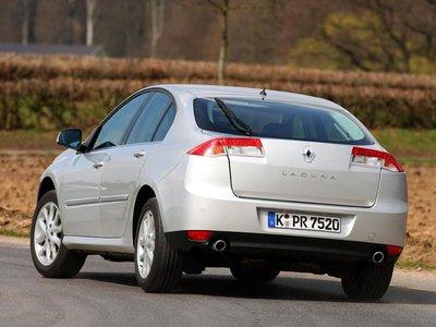 Задняя часть автомобиля примечательна фарами с применением светодиодной технологии и характерной символикой. Источники света частично вмонтированы в крышку багажника, частично — в кузов.