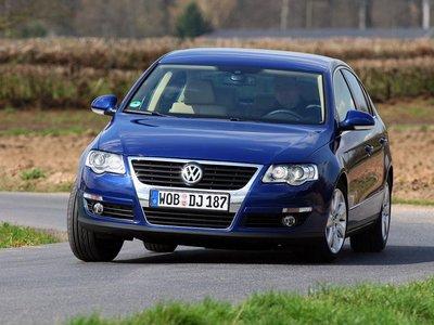 Характерное фирменное лицо VW с хромированной декоративной вставкой на решетке радиатора.