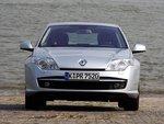Спереди Renault имеет сдвоенные фары в виде эллипсоидов.