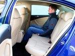 Passat балует пассажиров передних и задних сидений очень удобными креслами и просторностью салона.