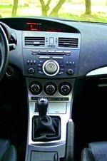 На многофункциональный дисплей под козырьком выводится информация с бортового компьютера, а также параметры аудиосистемы.