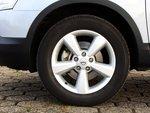 Nissan оснащен 17-дюймовыми колесами 215/60.