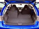 Спинки задних сидений поделены асимметрично, поверхность багажника ровная. Объем багажного отделения маловат — вмещается лишь 301-1216 литров.