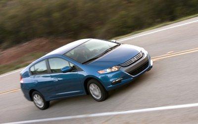 Как и прочие недорогие автомобили Honda, Insight 2010 имеет жесткую подвеску и шумный салон.