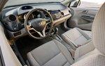 В сравнении с Prius, водительское сидение Insight 2010 обеспечивает более естественное положение водителя, чему способствует масса телескопических настроек руля.