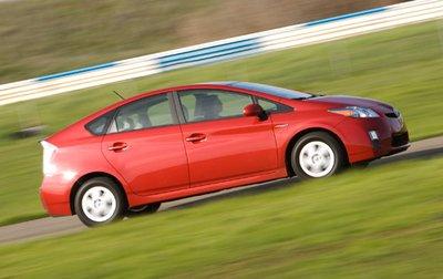 Не менее важно и то, что этот Toyota оснащен новым, более жестким шасси, что обеспечивает более комфортное передвижение по шоссе и положительно сказывается на управляемости.