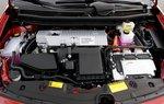 Где-то здесь можно обнаружить новый 1,8-литровый рядный 4-цилиндровый двигатель с циклом Аткинсона. Здесь же виднеется часть инвертера, который в 2010 году стал меньше благодаря более эффективному охлаждению.