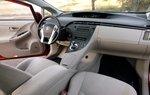 Салон Prius не претерпел заметных изменений ни по стилю, ни по организации пространства, а вот сидения стали намного удобнее.