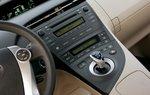 Центральная консоль Toyota выглядит вполне традиционно, хотя водителю будет непросто дотянуться до джойстика настройки.