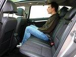Если вы ожидаете от длины кузова Peugeot 407 SW (4,8 метра) соответственных размеров салона, то вы сильно заблуждаетесь. Особенной теснотой характеризуется заднее сиденье, на котором обычному взрослому человеку будет слишком неудобно.