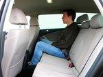 Passat готов предложить пассажирам на задних сиденьях настоящий простор: 9,4 сантиметра над головой.