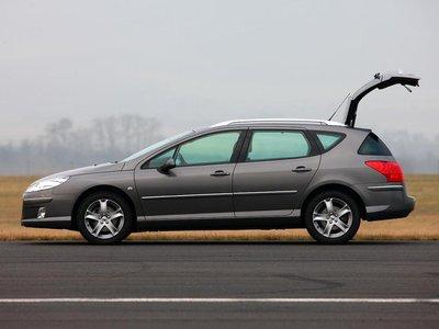 Располагая 448-литровым объемом багажника (1 365 литров при сложенных задних сиденьях), он ясно показывает, что в нем реализован лишь образ универсала.