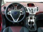 Кокпит выполнен в современном стиле, и управлять автомобилем можно интуитивно. Руль и сиденья хорошо регулируются.