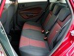 Для пассажиров заднего ряда сидений Ford имеет достаточно места. Подголовники опускаются.