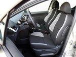 Кокпит Peugeot 207 тоже удобно и ясно организован. Но рычаг переключения передач мог бы быть пожестче и работать поточнее.