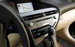 Центральная часть передней панели состоит из мультимедийного монитора и очень удобных кнопок и ручек.