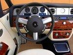 Филигранное рулевое колесо и приборы с удобными для восприятия шкалами здесь такие же, как и у седана Phantom.