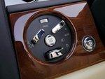 Центральное управление зажиганием и освещением напоминает о прежних моделях Rolls-Royce.