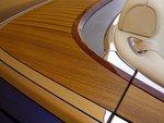 По желанию за 8330 евро можно заказать обрамление задних кресел тиковой древесиной.