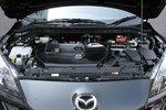 Двигательный отсек нового поколения Mazda Axela. Справа в глубине расположены два аккумулятора: ближе к нам — основной, дальше — дополнительный. Основной аккумулятор (такой же, как на обычных автомобилях) используется для работы двигателя, начиная с включения зажигания, а также для работы кондиционера и насоса КПП. Дополнительный аккумулятор — только для работы системы i-stop (начиная с входа двигателя в состояние «паузы», до выхода из него).