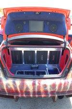 Багажник Civic поделен на сферы влияния между батареей усилителей Steg, монитором для PlayStation, мощным гелевым аккумулятором и баллоном закиси азота ZEX. При этом качество исполнения и подгонки всех элементов впечатляет. Кроме того, и сейчас багажник может использоваться по прямому назначению.