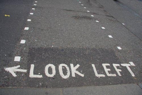 Предупреждения для приезжих на английских пешеходных переходах