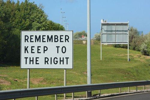 Предупреждения для английских водителей, приехавших на материк, придерживаться правой стороны