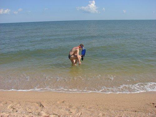 Надевать ласты, когда кругом песок не так уж и удобно.