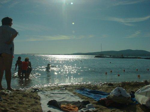 Народу очень много, пляж каменно-песчаный.