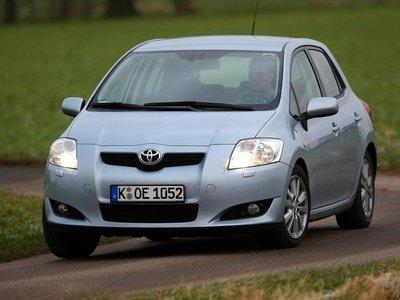 Toyota проявляет уверенное поведение на дороге.