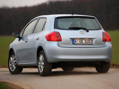 На слишком крутых поворотах Toyota Auris грешит недостаточной управляемостью.