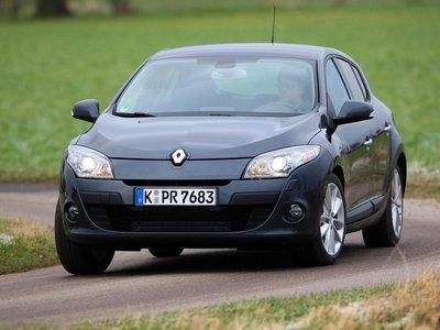 Подтянутый Renault Megane легко проходит повороты на большой скорости.