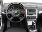В обновленной Skoda новые круглые приборы с белыми шкалами, 4-спицевый руль и знакомое управление климат-контролем.