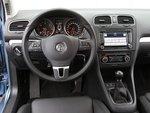 Инструменты с круглыми шкалами и белой подсветкой отчетливо видны. По качеству и организации управления VW образец для подражания.