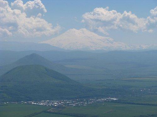 Вид на гору Эльбрус с горы Машук. По прямой 90 км до Эльбруса.