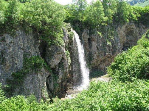 Самый большой из Медовых водопадов (около 30 м).