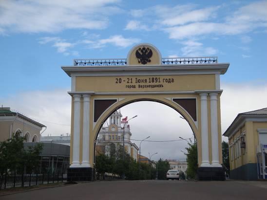 Ворота возле пешеходной улицы.