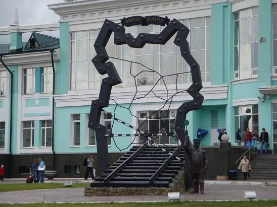 Памятник железным дорогам Омской области на вокзале.
