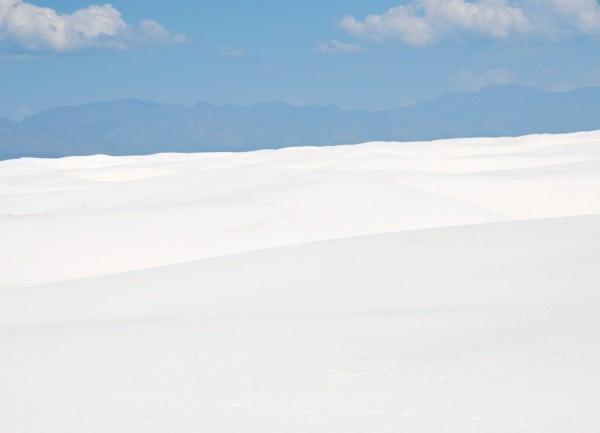Нереально крахмальные пространства в Национальном парке White Sands (Нью-Мексико) в нашем мировоззрении плохо сочетаются с 35-градусной жарой вокруг