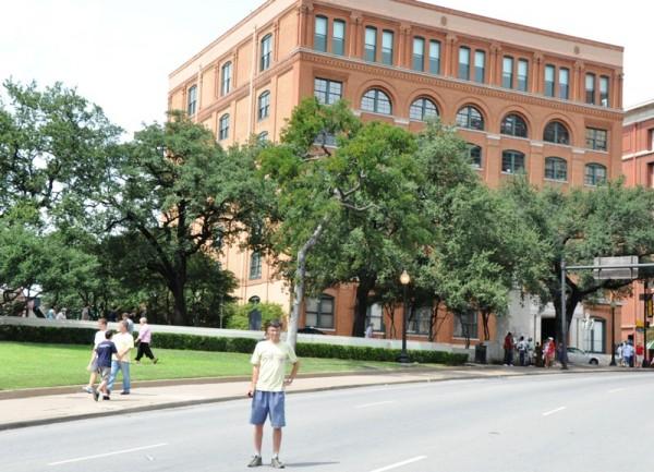 Даллас. Именно в этом месте пуля Ли Харви Освальда настигла 35-го президента США. Выстрел был произведен из правого углового окна предпоследнего шестого этажа, где сейчас располагается интереснейший «Музей 6-го этажа», рассказывающий о самом громком и загадочном убийстве в истории человечества