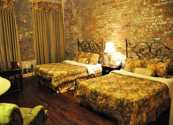 После бесконечной череды однообразных номеров в мотелях, в Новом Орлеане нас ждал стильный номер (с настоящей кирпичной кладкой!) в старом отеле Ambassador