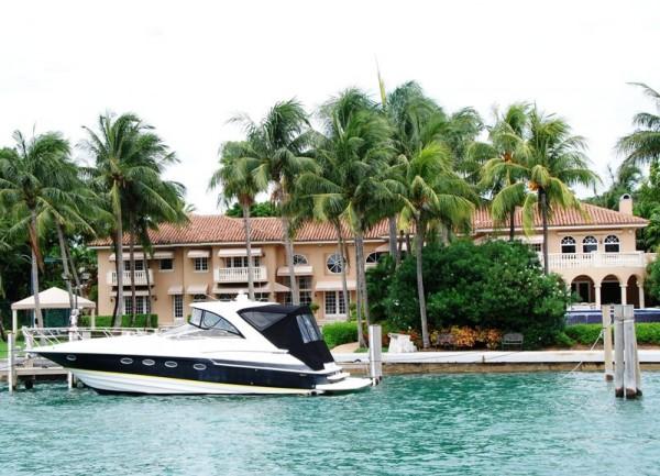 Многочисленные острова вокруг Майами облюбовали «богатые и знаменитые», прекрасный вид на фасады домов которых открывается во время водной прогулки по Бискайнскому заливу. На снимке: вилла звезды НБА Шакила О`Нила