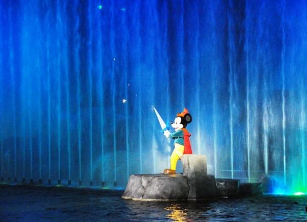 Грандиозное шоу Фантазматик сочетает самые передовые лазерные и пирототехнические эффекты и игру сотни актеров