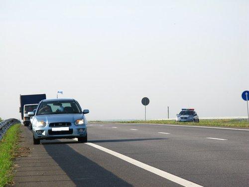 Украинская автомагистраль, но уже по пути домой. Тормознули, проверяют документы. Качество дороги, думаю, видно.