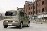 Nissan Cube модификации 15G оснащается стильным люком из матового стекла, который раздвигается подобно дверцам в традиционном японском доме.