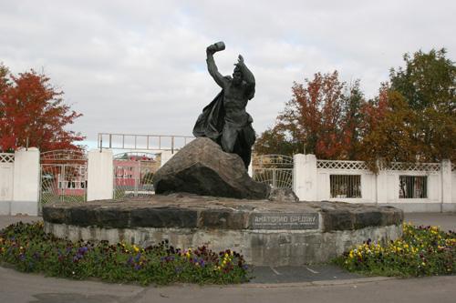 Памятник Бредову.