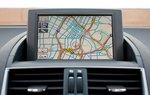 Информационный экран появляется наверху приборной панели; превосходная навигационная система Lexus.